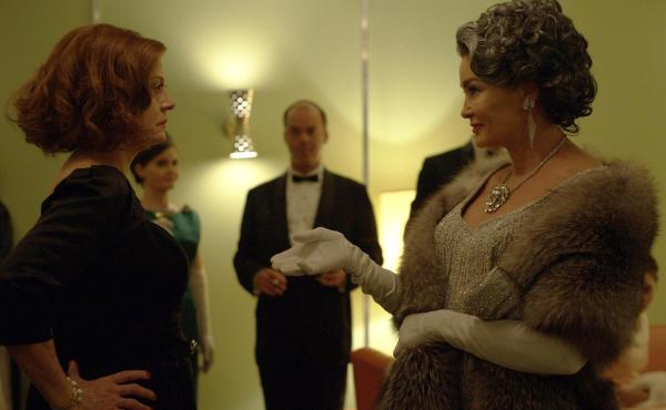 Feud tells the story of Bette Davis (Susan Sarandon) and Joan Crawford (Jessica Lange) in the early 1960s, a time when both actresses were struggling to find work.