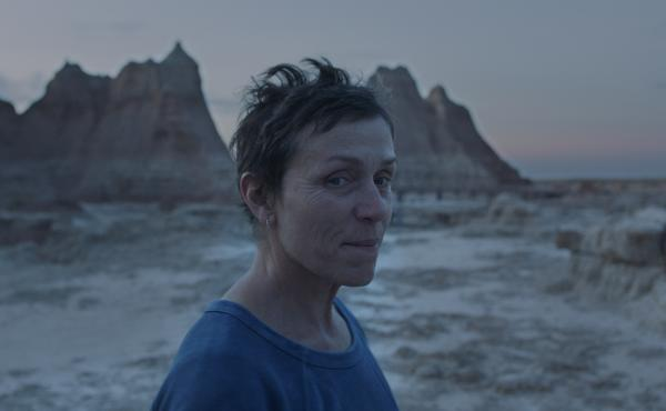 Restless and tired of ordinary life, Fern (Frances McDormand) takes to the road in Nomadland.