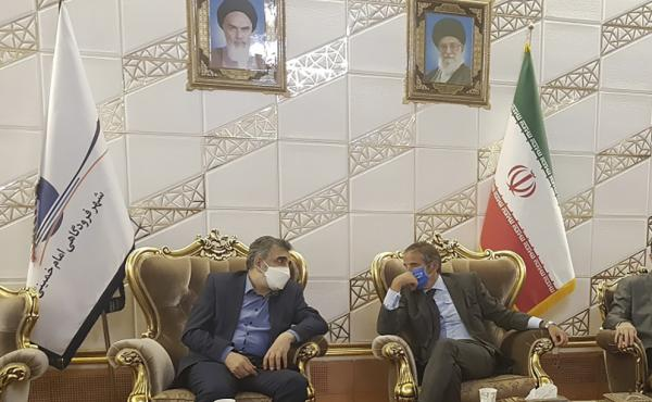 The director-general of the International Atomic Energy Agency, Rafael Grossi (right), speaks with the deputy head of the Atomic Energy Organization of Iran, Behrouz Kamalvandi, upon his arrival at Tehran Imam Khomeini International Airport on Saturday.