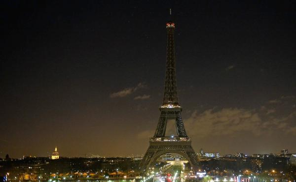 As a tribute for the victims of Wednesday's attack on the French satirical magazine Charlie Hebdo the lights of the Eiffel Tower were turned off for five minutes at 8 p.m. local time on Thursday. French authorities are searching for two brothers suspected