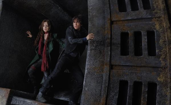 Hester (Hera Hilmar) and Tom (Robert Sheehan) conspire to throw a monkey wrench into the works in Mortal Engines.