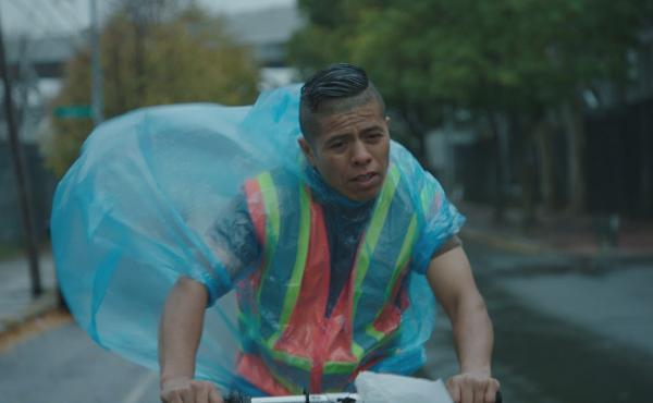 Fernando Cardona, a real-life construction worker and Mexican immigrant, was cast in the lead role in En el Séptimo Día. His character Jose is a restaurant delivery worker and the star of his amateur soccer team.