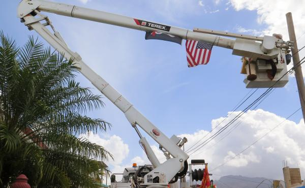 Army reservist Eric Elder, a lineman in civilian life, works with the Corps of Engineers to restore power in the hilly Rio Grande neighborhood east of San Juan.
