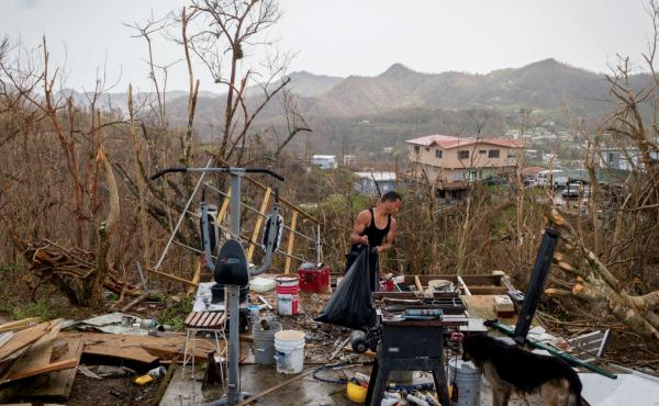 A resident of Puerto Rico cleans up just after Hurricane Maria struck the island on Set. 20, 2017