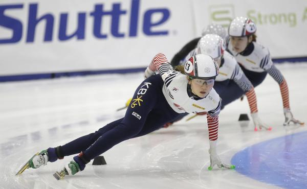 Shim Suk-hee (front left) races during the women's 1,500-meter finals at a World Cup short track speedskating event at the Utah Olympic Oval on Nov. 13, 2016, in Kearns, Utah.