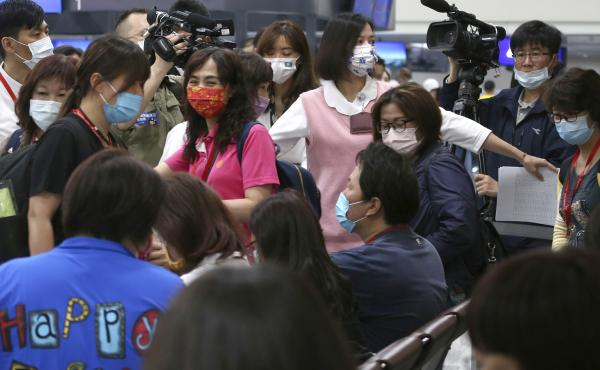 A group of tourists prepares to take COVID-19 tests at Taoyuan International Airport on Thursday, the first day of the new Palau-Taiwan Travel Corridor.