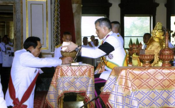 Thailand's King Vajiralongkorn Bodindradebayavarangkun (right) endorses the constitution document in a ceremony on Thursday in Bangkok.