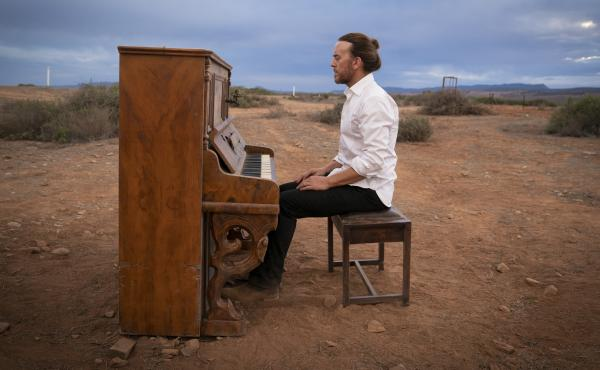 Tim Minchin plays Lucky in the new series Upright.