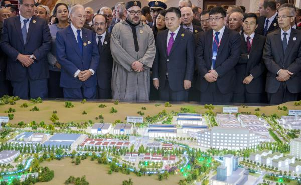 Moroccan King Mohammed VI and Li Biao, chairman of the Chinese Haite Group, are at the center of the launch of a Chinese investment project in Morocco, in March 2017.